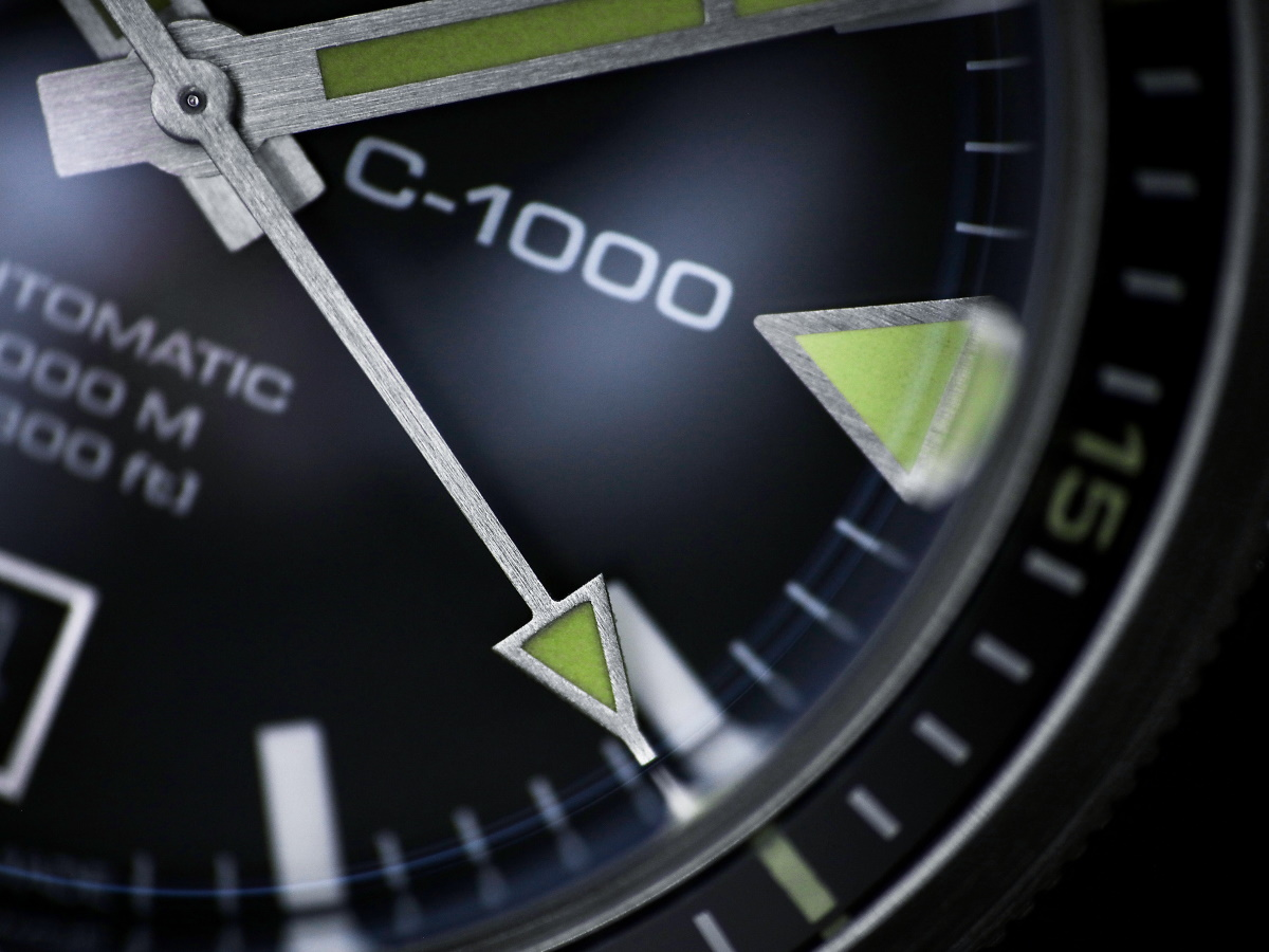 The OW C-1000 dial and brushed hands